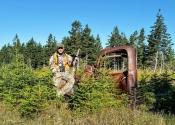 Mon frère qui pose avec une carcasse d'un vieux camion sur notre secteur de chasse.