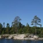 Une structure type des lacs du bouclier canadien: Une île rocheuse il y a surement une batture submergée aux extrémités de l'île.