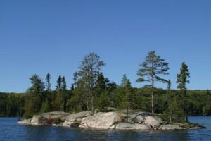 Une structure type des lacs du bouclier canadien: Une île rocheuse, il y a surement une batture submergée aux extrémités de l'île.