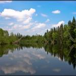 La Grande Rivière Noire Nord-Ouest alimente le lac Frontière