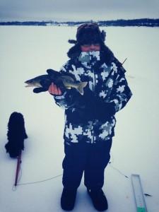 Mon fils Émile avec un petit doré capturé sur la glace.