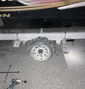 Le pneu de la remorque a explosé et a emporté l'aile de la remorque avec lui...